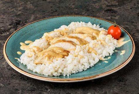 Куриная грудка в сырном соусе с рисом