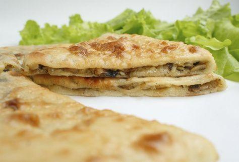 Осетинский пирог с колбасками, грибами и сыром
