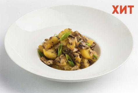 Картофель с грибами и зеленым луком в сливочном соусе